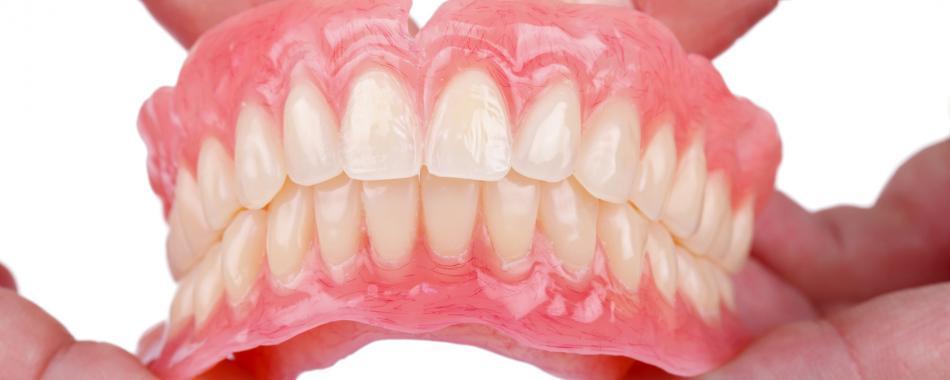 Что входит в стоимость при установке гибкого протеза на зубы?